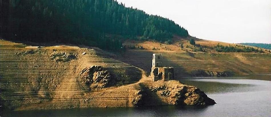 Biserica de sub lac